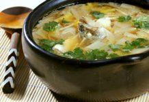 Món canh cá nấu với nấm vàng rất tốt cho trí não.