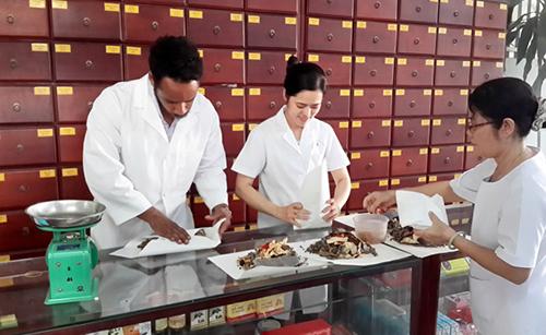 Sinh viên Y Khoa Pasteur thực hành bốc thuốc
