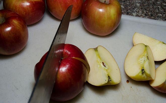 Sử dụng giấm táo như một loại dầu xả giúp tóc mềm mượt hơn