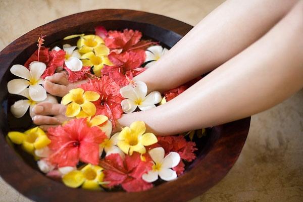 Ngâm chân bằng nước ấm là cách tốt nhất giúp máu lưu thông