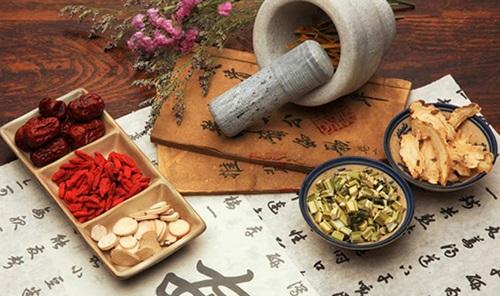 Túc mễ, muối ăn, hạnh nhân, cam thảo đem hòa với nước sôi để nguội rồi uống sẽ giúp làm đẹp da mỗi ngày